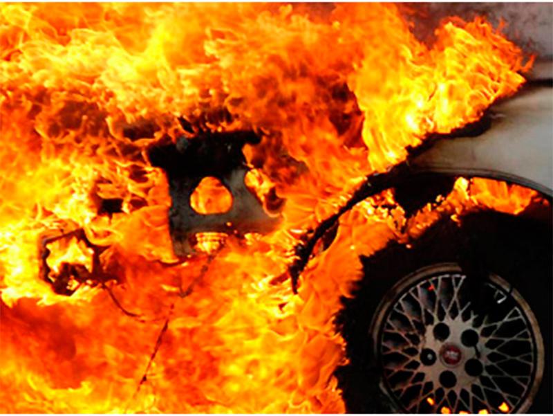 Горящую машину в Херсоне потушила женщина