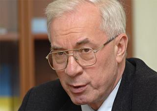 Азаров заявляє, що зарплати затримують через поганих чиновників