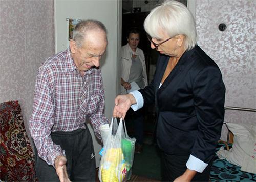 Новокаховська міська організація Червоного Хреста привітала людей похилого віку
