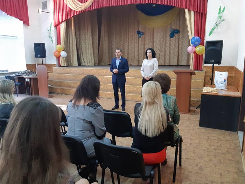 Юрій Рожков і його команда вітають працівників освіти