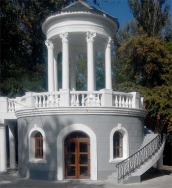У центрі Нової Каховки відновили альтанку