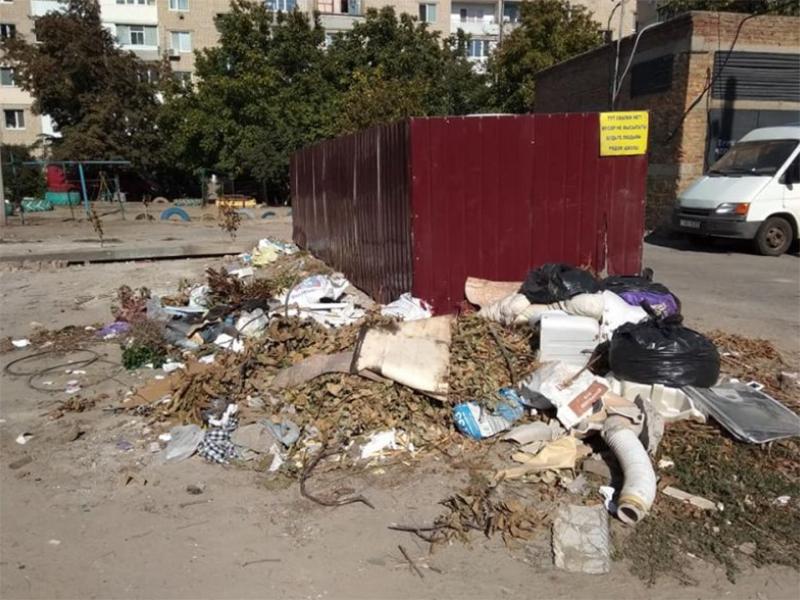Горы мусора оккупируют каховcкие дворы