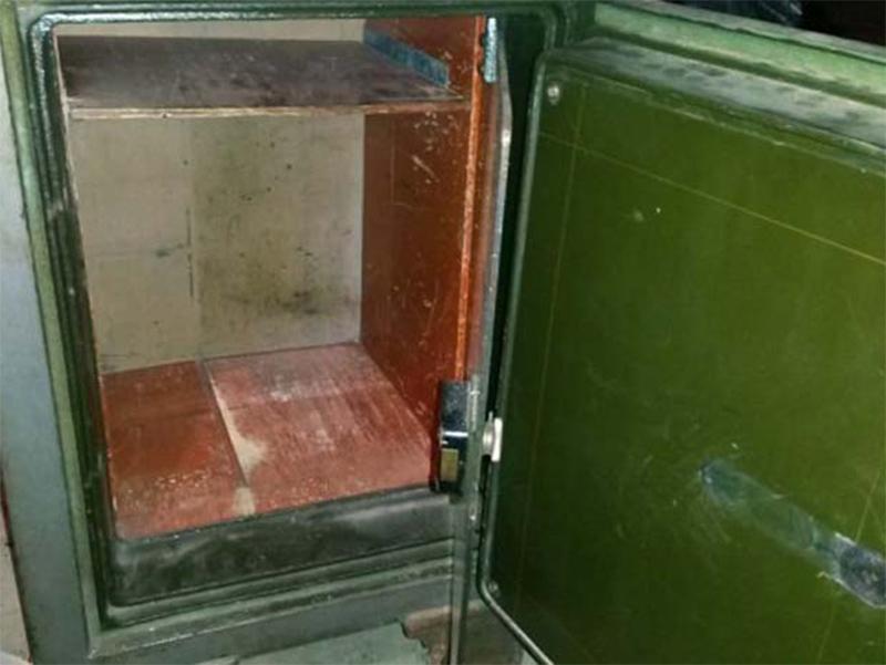Як у Херсоні порожній сейф пиляли