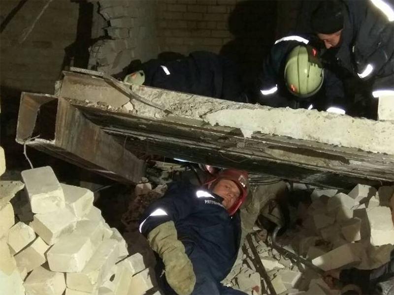 Рятувальники вилучали тіло чоловіка, якого привалило залізобетонною конструкцією