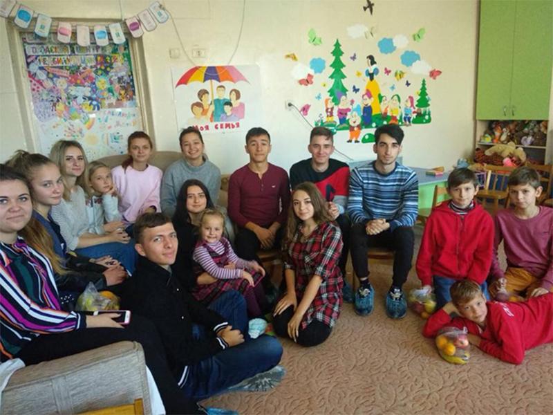 Студенти - волонтери відвідали хворих дітей