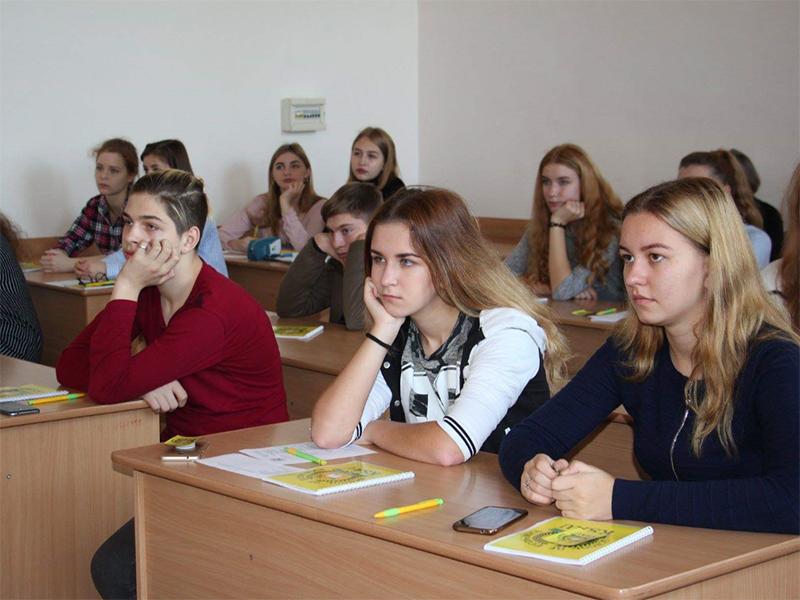 На каникулах херсонские школьники учатся, как заработать и как защитить свои права