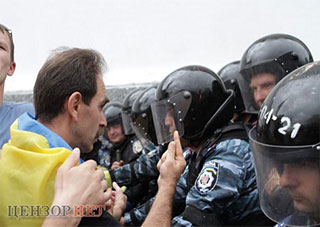 В Херсонском облсовете требовали наградить и наказать милиционеров