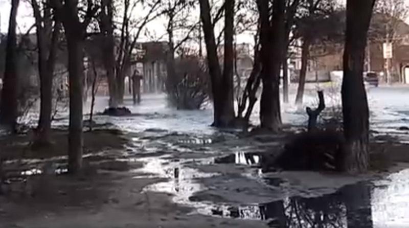 В Херсоне из-под земли забил грязевой гейзер