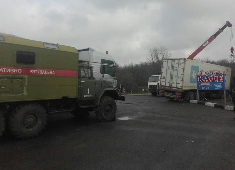 В Херсонській області злетіла у кювет 30-тонна вантажівка