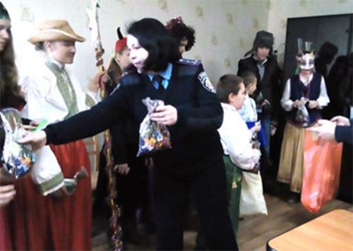 Вихованці Новокаховського інтернату щедрували у…поліції