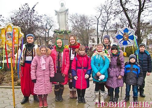 Різдвяна зірка у Херсоні зібрала колядників
