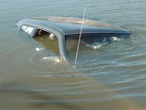 Угнанную машину нашли в канале на Херсонщине