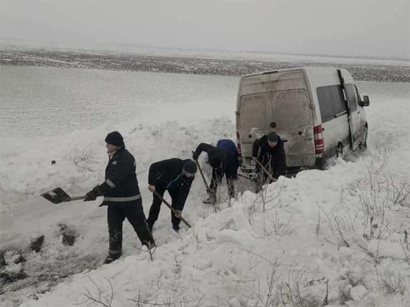 Каховські рятувальники деблокували автомобіль зі снігового замету
