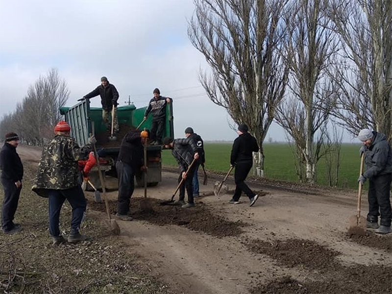 Селяни на Херсонщині гуртуються і ремонтують дороги власними силами