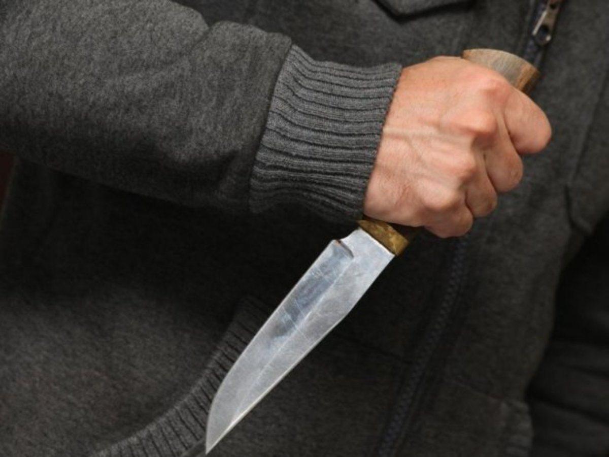 Житель Херсонщины из ревности ударил пенсионера ножом