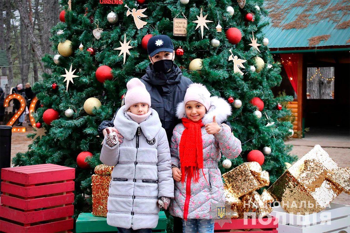 Херсонські поліцейські подарували дітям новорічну казку