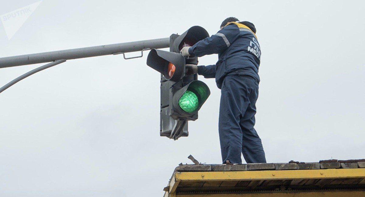 В центре Херсона ремонтируют два светофора