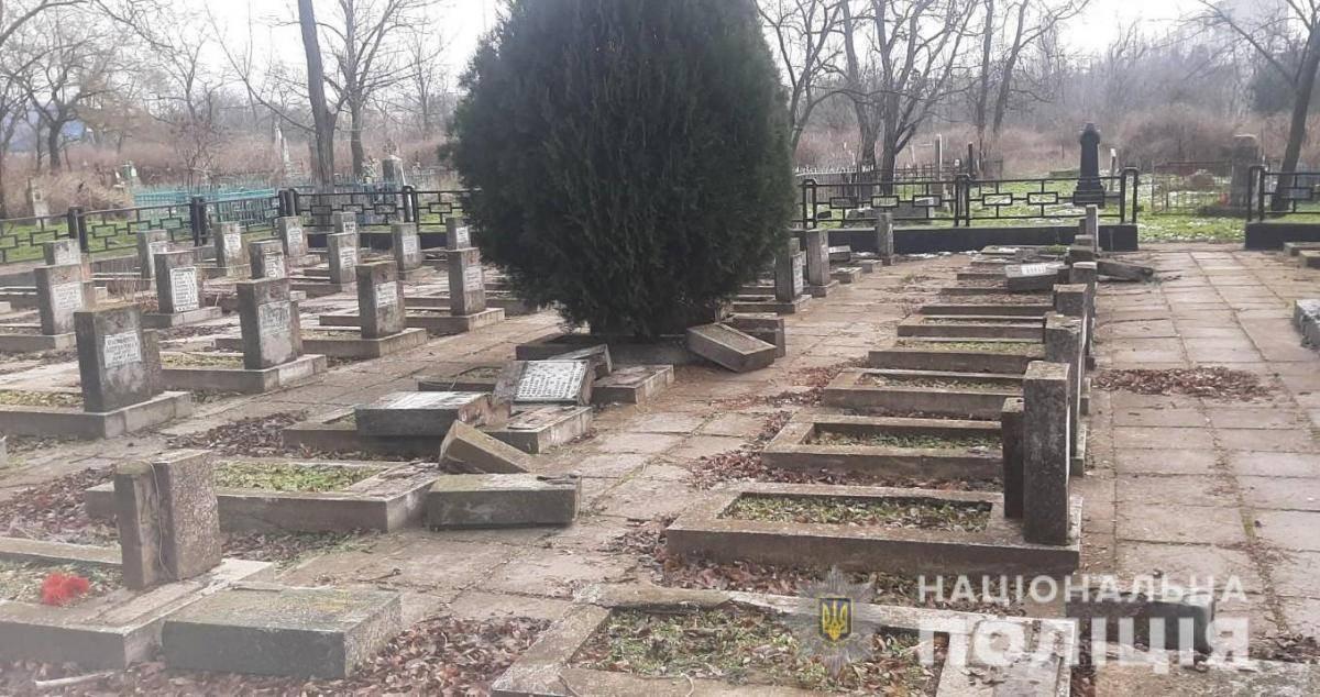 Как найти осквернителей мемориального кладбища в Херсоне