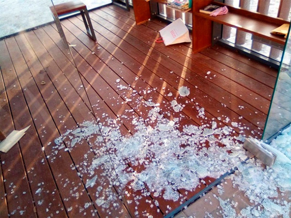 В Херсоне мужчина поранился о стеклянную дверь
