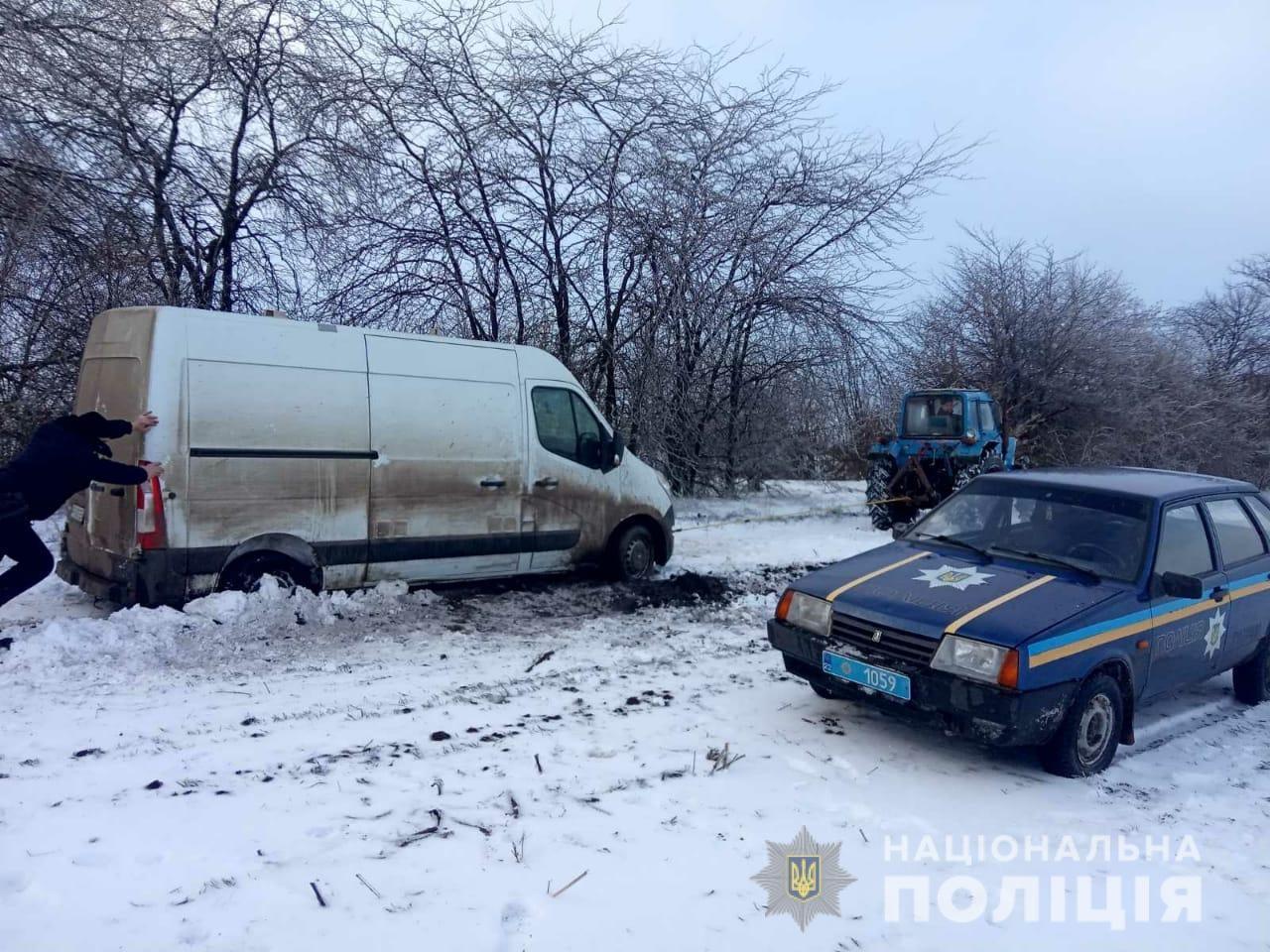 На Херсонщине полицейские вытащили из снежного заноса автомобиль с хлебом
