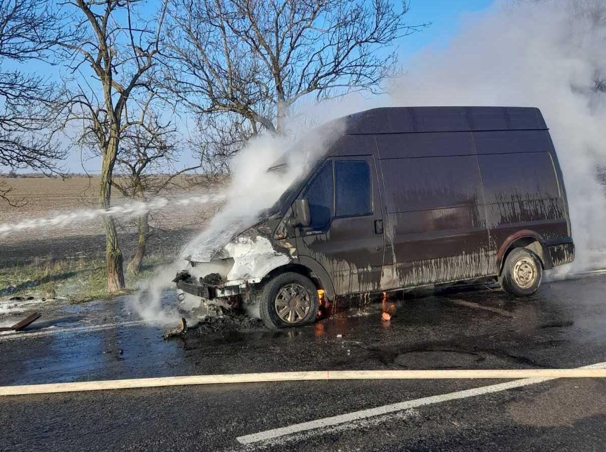 В Херсонской области на трассе сгорел микроавтобус