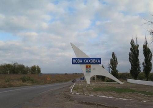 На въезде в Новую Каховку установлена стела