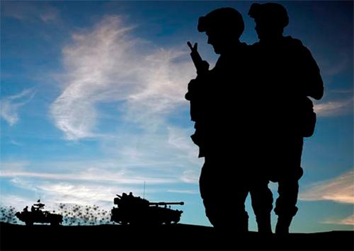 Вооруженные незнакомцы наблюдали за разгрузкой танков на Херсонщине