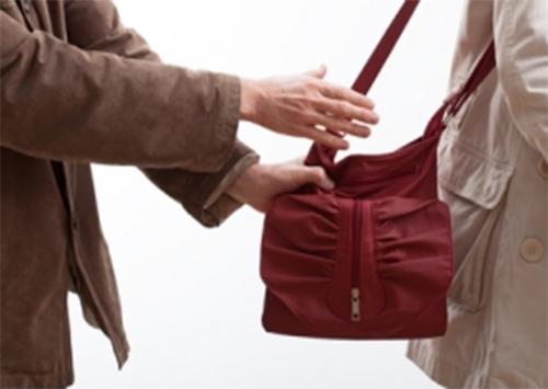 У жительницы Херсонщины на улице вырвали сумочку