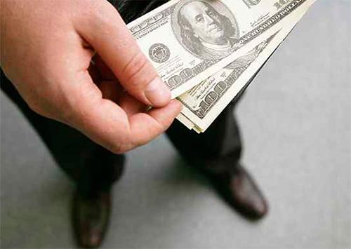 У херсонских пенсионеров отобрали доллары