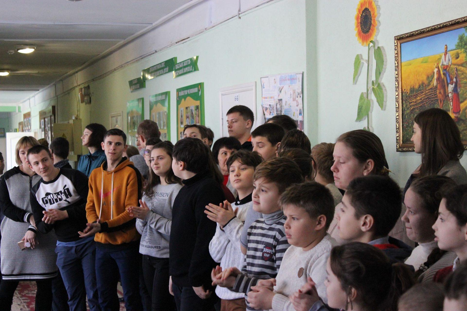 Болельщики и хоккеисты передали подарки учащимся школы-интерната