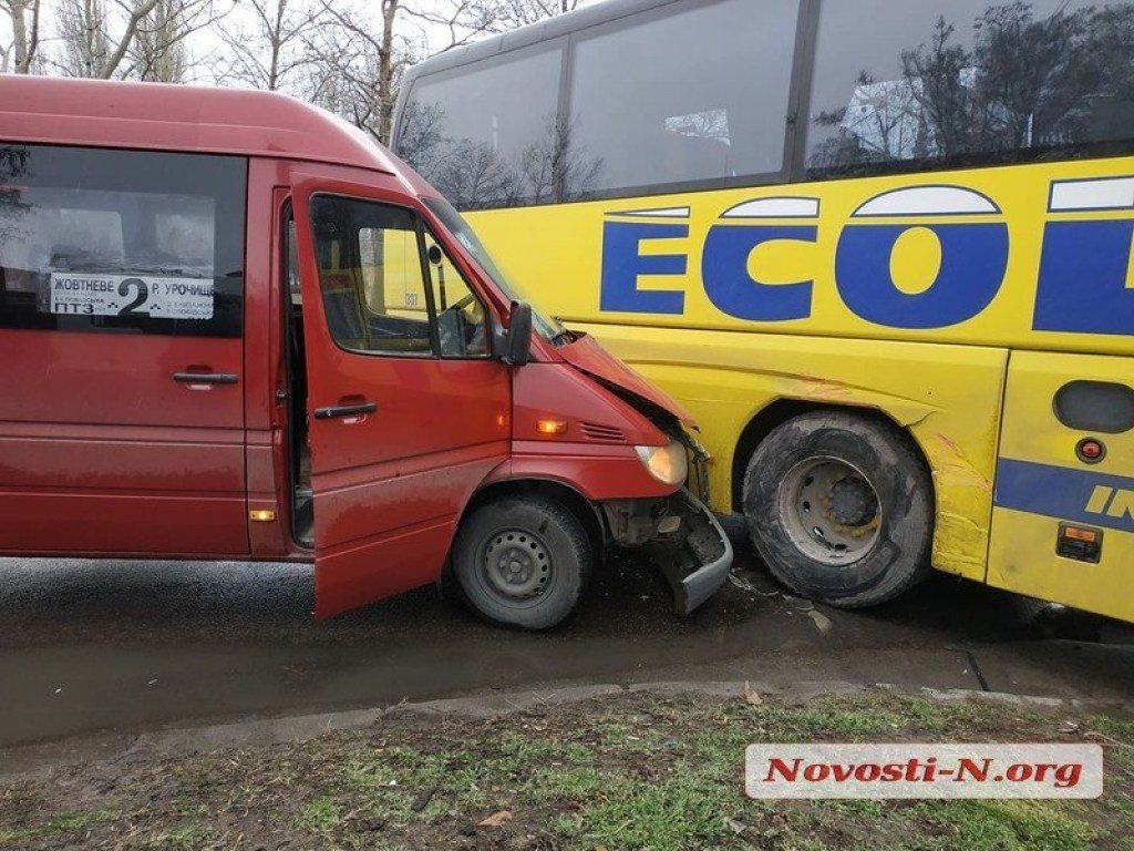 Пять человек пострадали при аварии херсонского автобуса в Николаеве