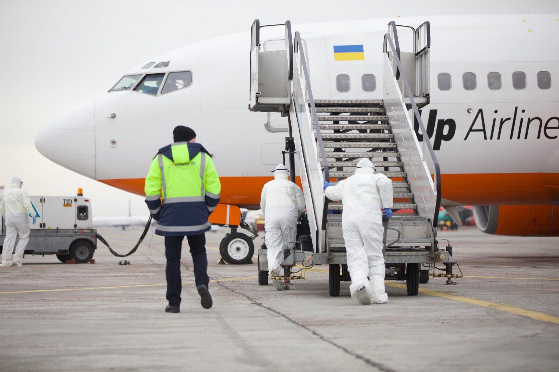 Літак із евакуйованими українцями з Китаю приземлився у аеропорту