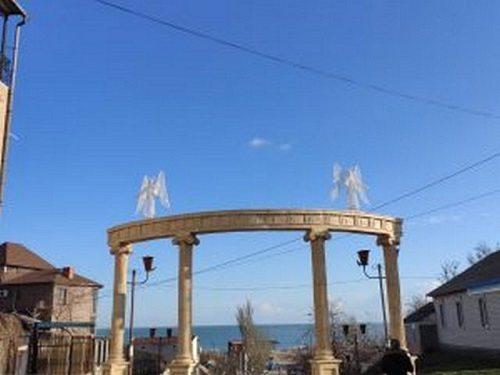 В Генічеську встановили скульптури янголів