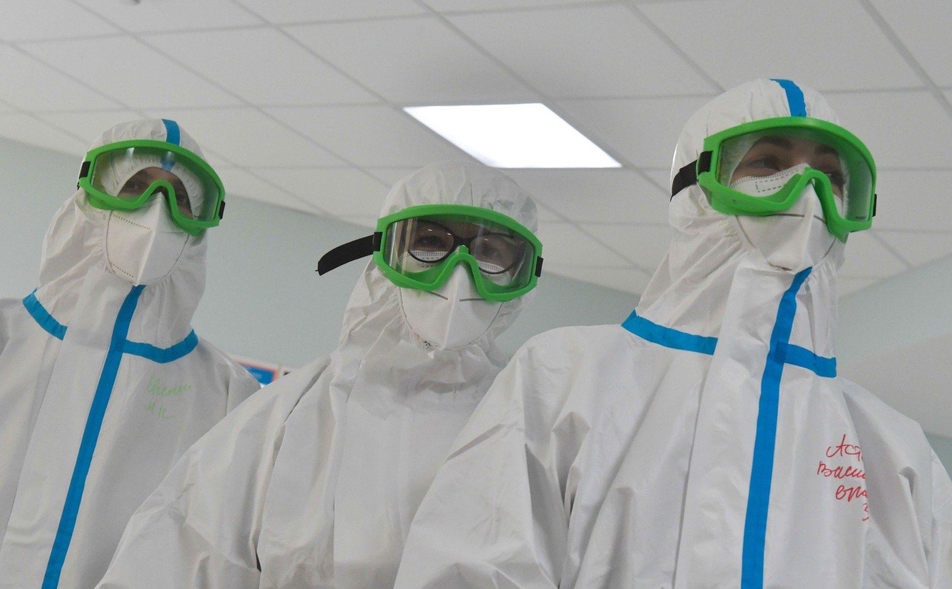 Больницам Херсонщины передадут 6 тысяч защитных комбинезонов