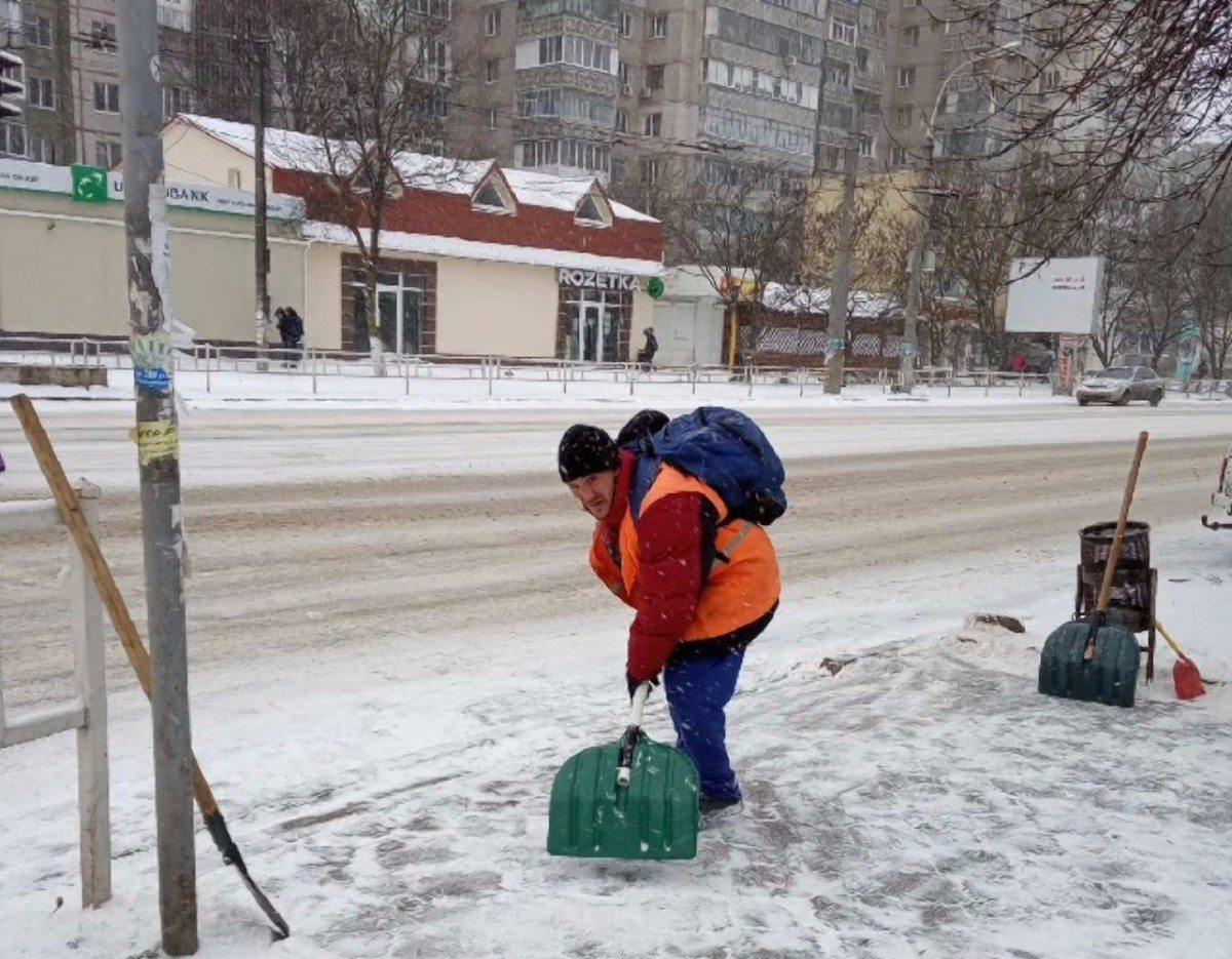 В Херсоне коммунальщики всю ночь расчищали дороги и тротуары от снега