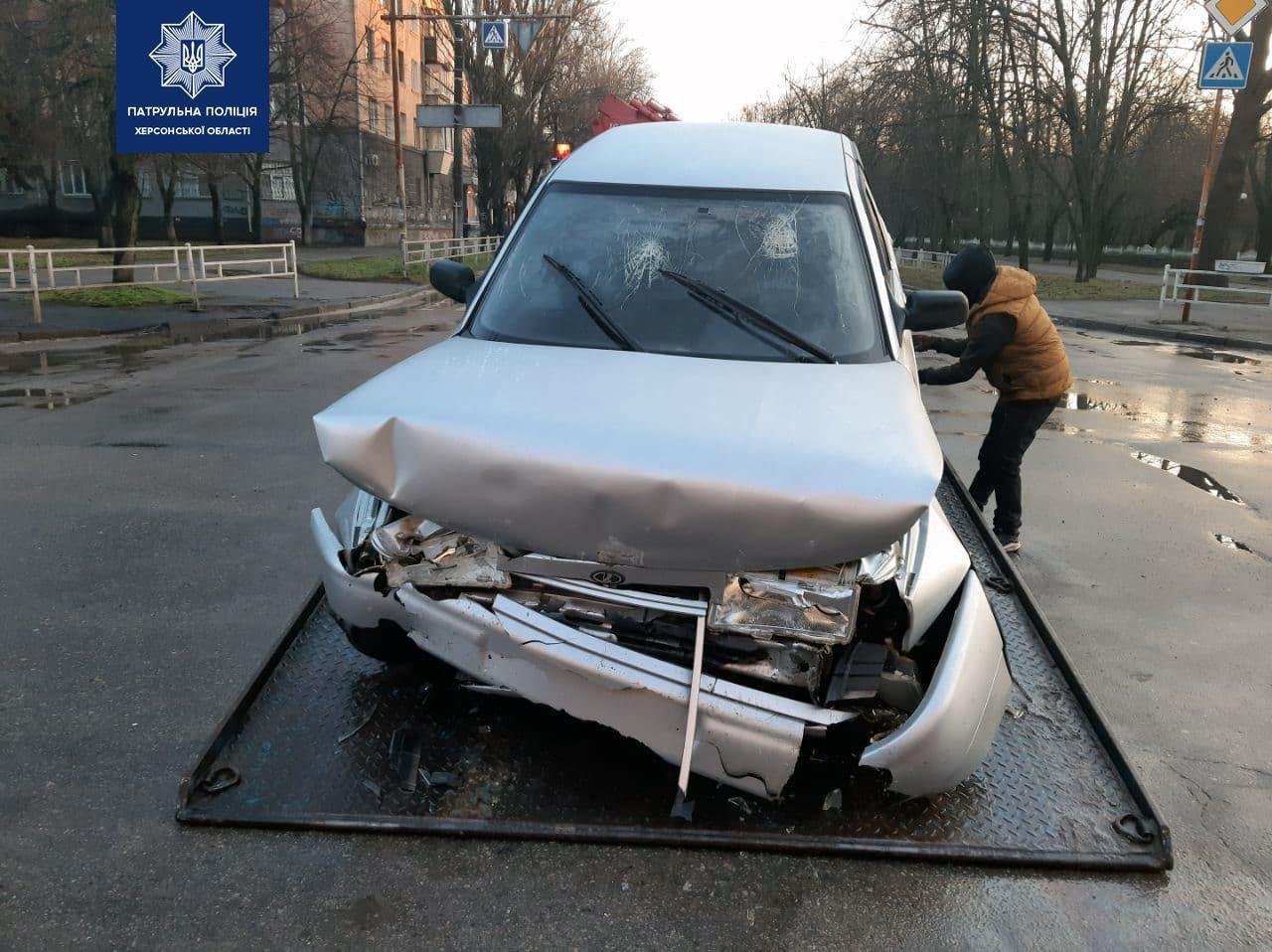 В центре Херсона автомобиль врезался в забор