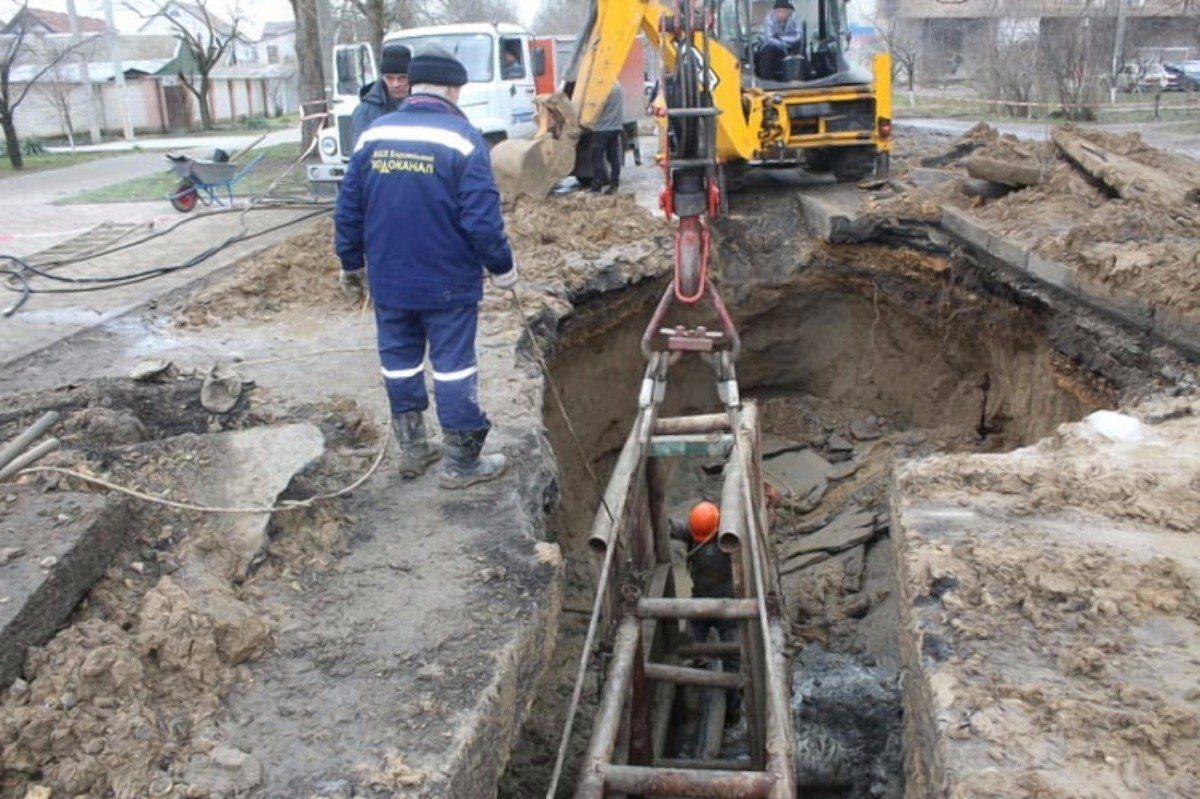 В Херсоне прорвало водопроводную магистраль на улице Еврейской
