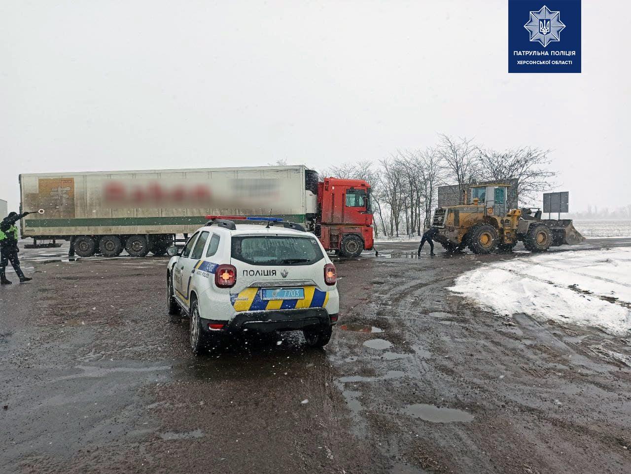 На Херсонщине помогли застрявшему на трассе неисправному грузовику