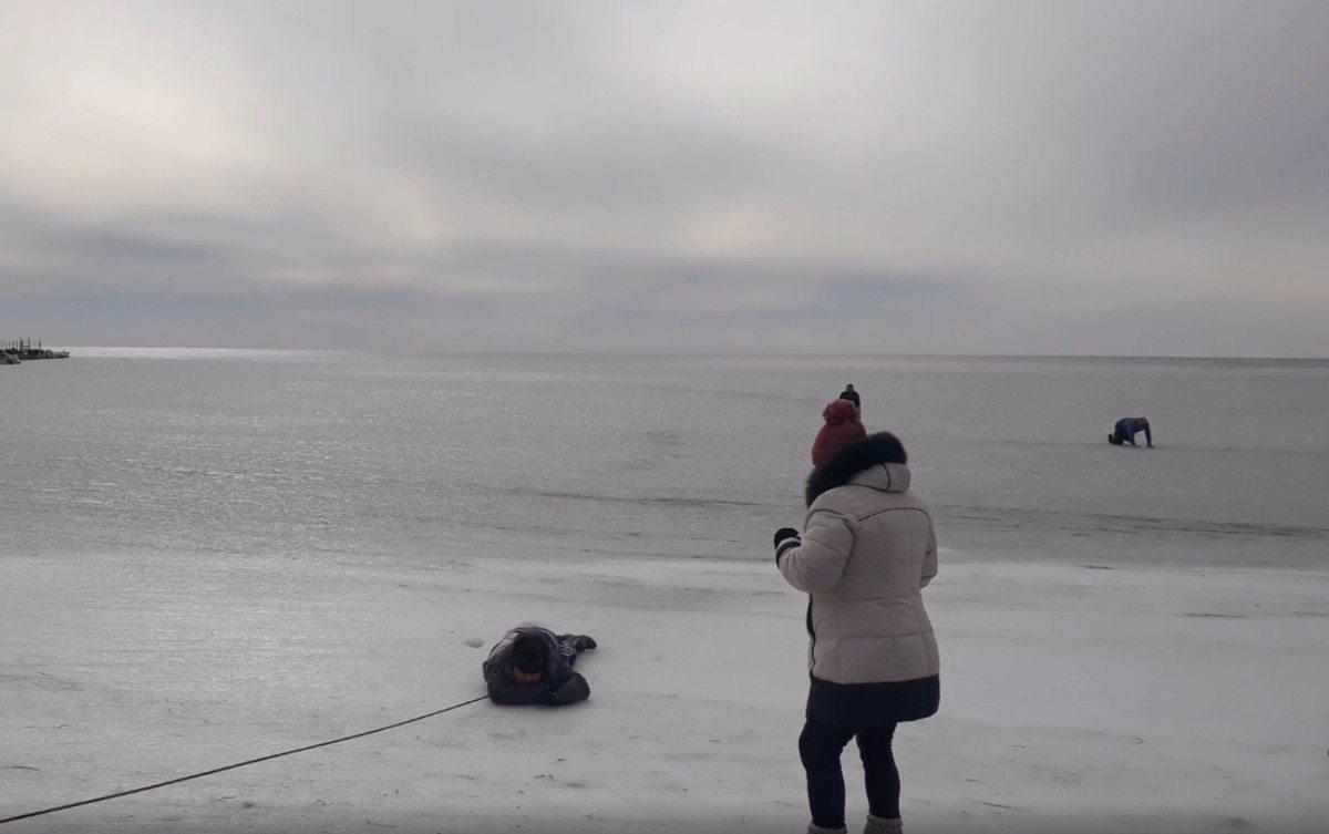 Подробности спасения школьника, провалившегося под лёд на пляже Скадовска