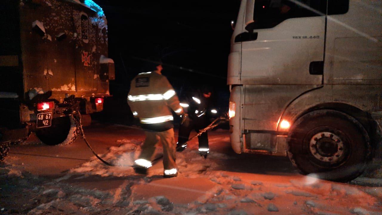 На Херсонщине в снежных заносах застряло 14 автомобилей