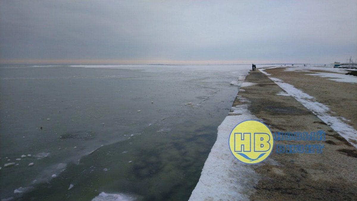 На Херсонщині Азовське море замерзло на кілометр від берега