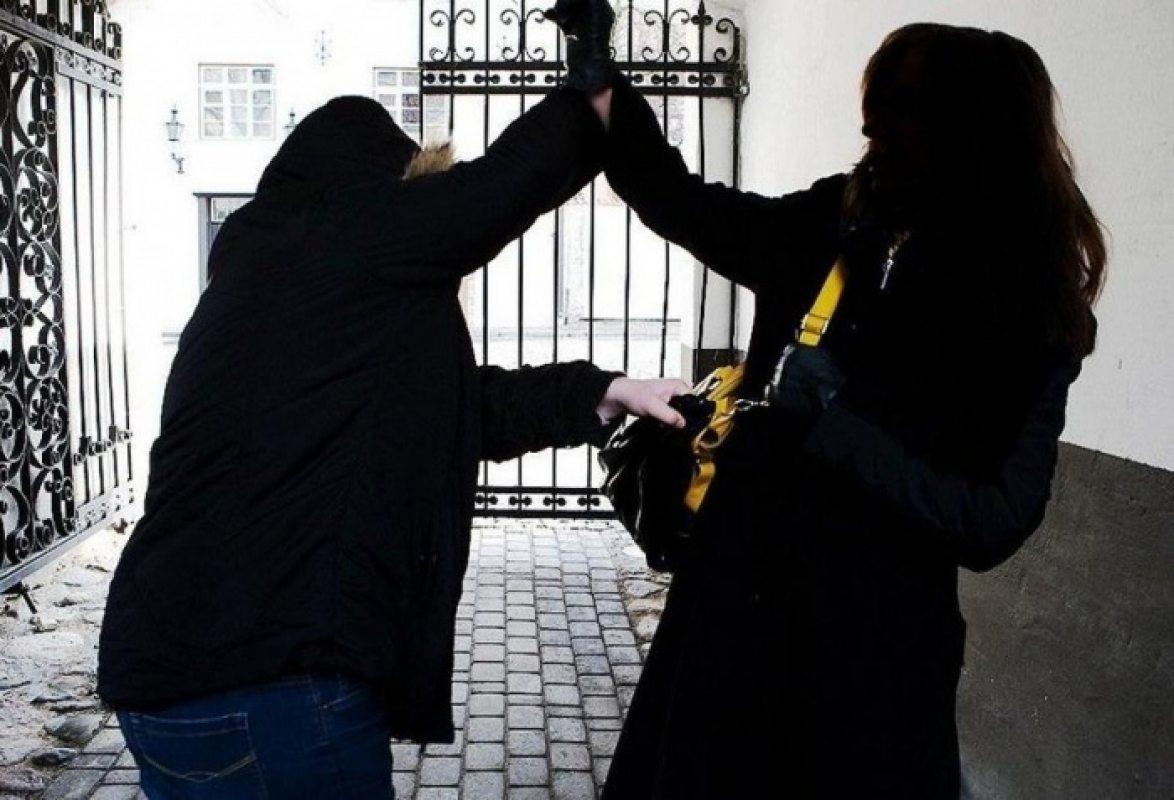В Херсоне женщину избили и ограбили у дома