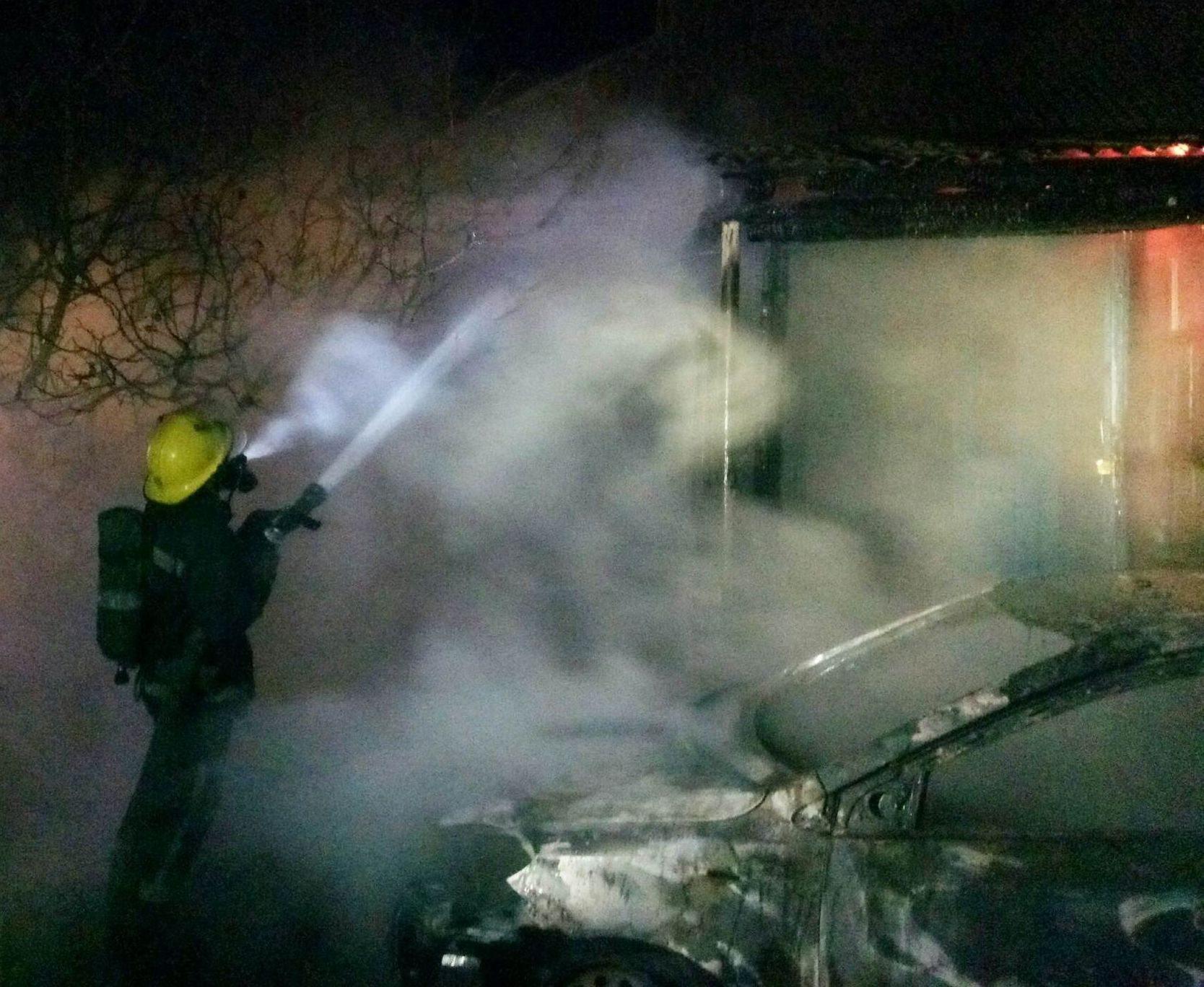 На Херсонщине из-за возгорания автомобиля чуть не сгорел жилой дом