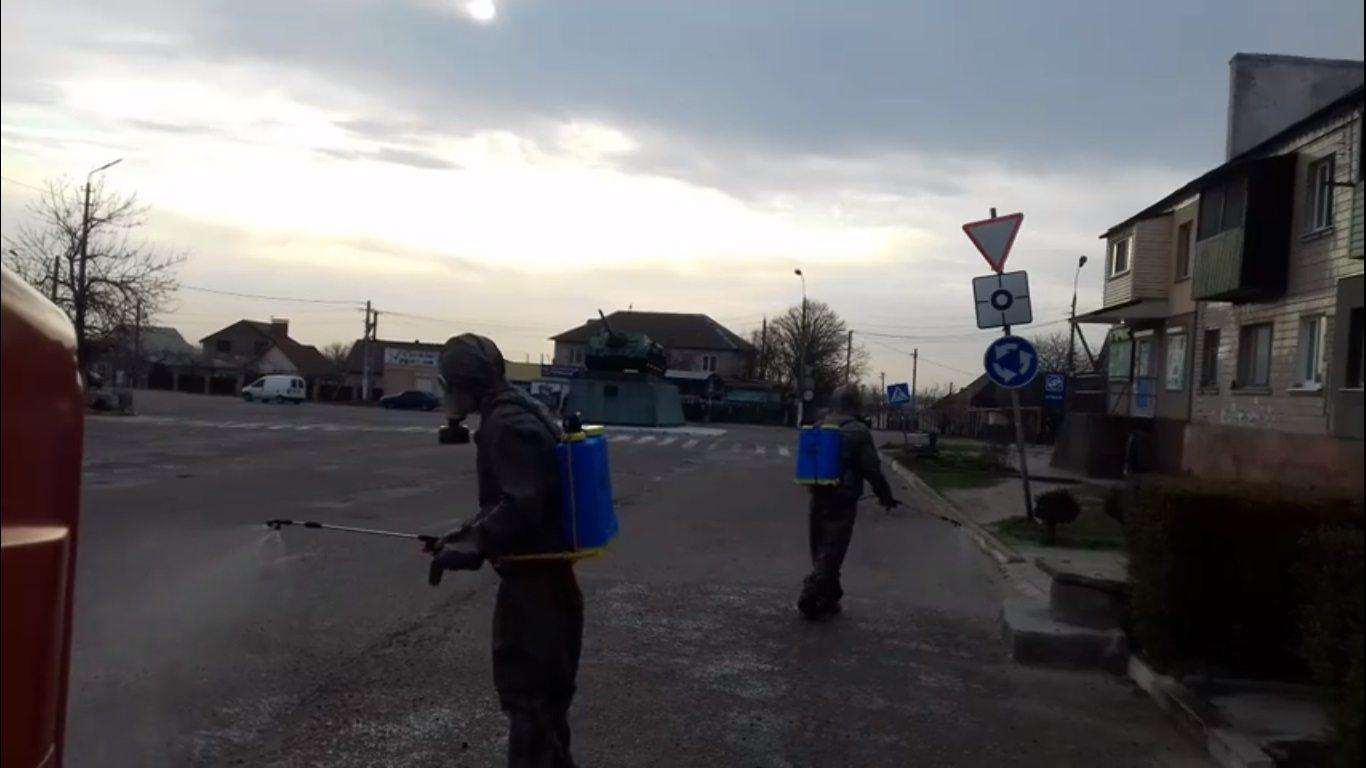 Спасатели дезинфицируют общественные места по всей Херсонской области (видео)