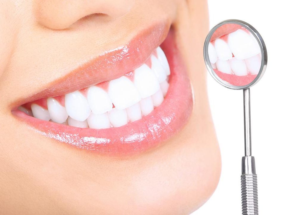 Почему зубы желтеют и как с этим можно бороться?