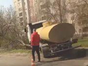 В Херсоне автоцистерна врезалась в дерево (видео)
