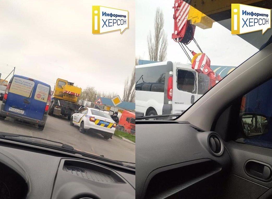 В Херсоне автокран протаранил стекло микроавтобуса