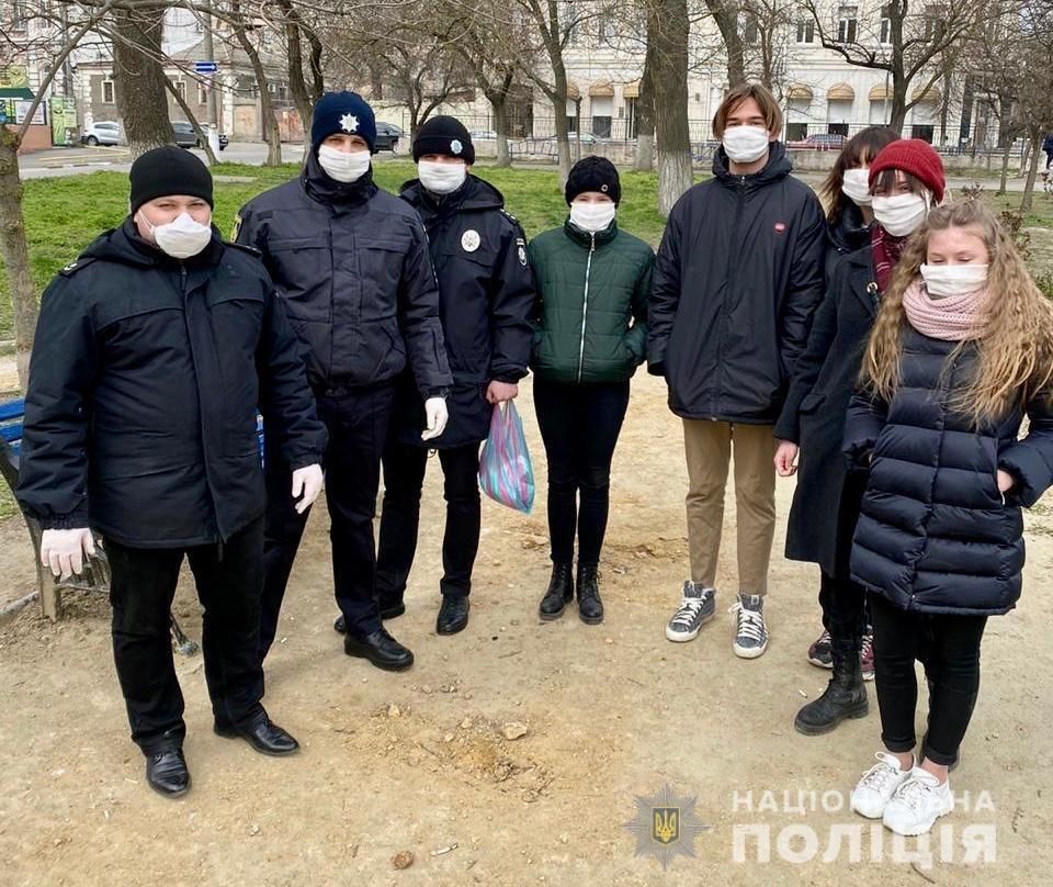 У Херсоні поліцейські безкоштовно роздавали захисні маски