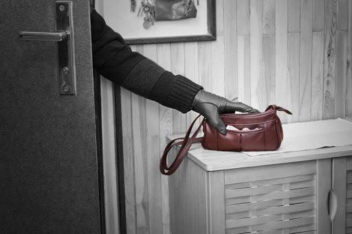 В Херсонській області зловмисник пограбував жінку у її квартирі