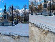 В Херсоне при замене освещения в Потёмкинском сквере повредили брусчатку